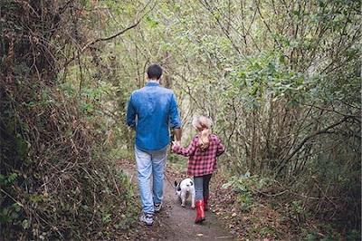 犬と散歩に行く親子