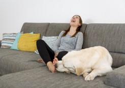 犬が女性の足をなめる